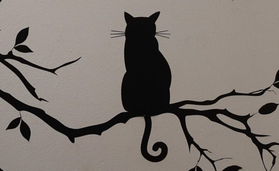 Scherenschnitt-Deko im Katzentempel: Katze mit Ringelschwänzchen sitzt auf Ast - Beitrag und Foto: Carmen Weber