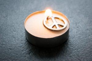 Teelicht-Kerze mit Peace-Zeichen