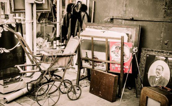 Schwarz-weiß-Foto von einem Flohmarkt oder Trödelmarkt mit gebrauchten Gegenständen im Beitrag von Claudia Strohmayer