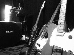 schwarz-weiss Bild von e-Gitarren von der Band Slut