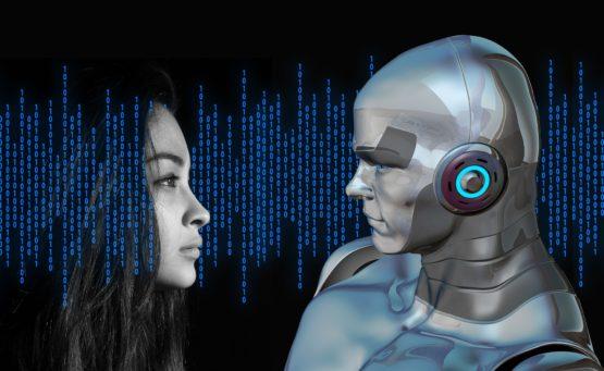Frau blickt auf einen Roboter mit menschlichem Gesicht vor dunklem Hintergrund mit Binärcode