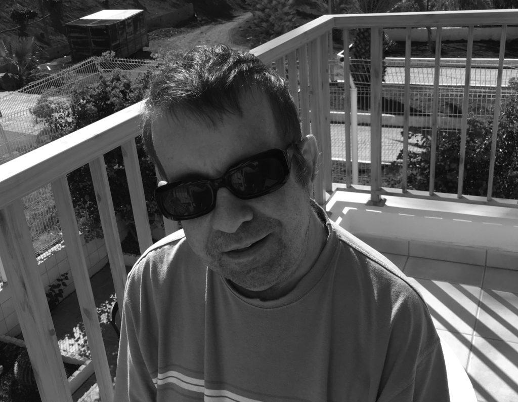 Autor Marko Schlichting im T-Shirt auf Balkon