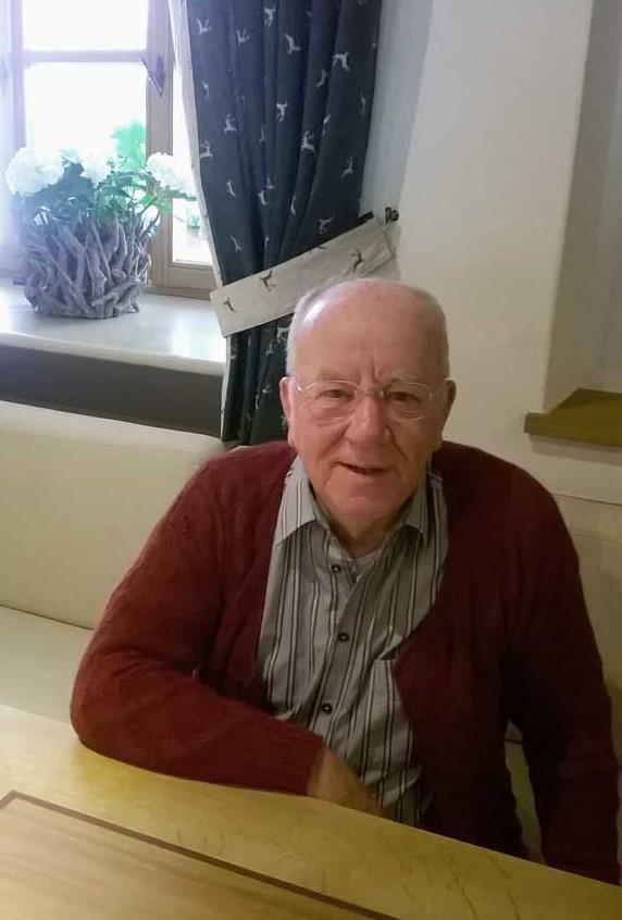 Gerhard D. am Tisch sitzend