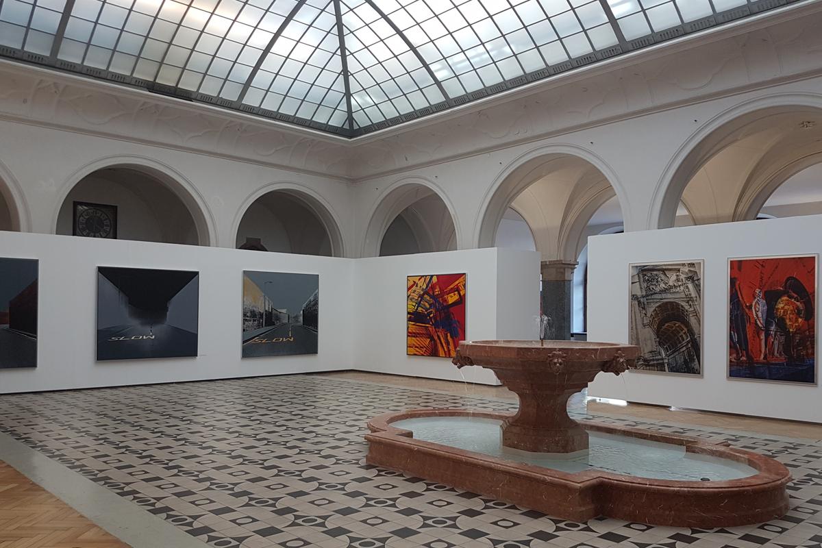 Rathausgalerie während der Ausstellung Metropolen - Urbane Strukturen