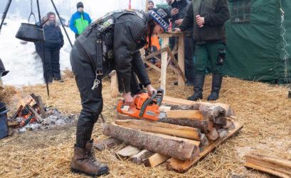 Loretta kann mit einer Mororsäge umgehen. Beim Elefantentreffen in Solla mitten im Winter ist sie deshalb sehr gefragt. Bei frostigen Temperaturen in der Nacht braucht es viel Brennholz für die zahlreichen Lagerfeuer.