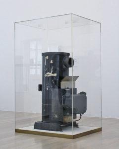 Ofen als Kunstobjekt von Joseph Beuys eingefasst in einem dicken Glaskasten im Lenbachhaus.
