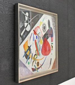 Abstrakte Malerei von Wassily Kandinsky auf schwarz melierter Tapete im Lenbachhaus.