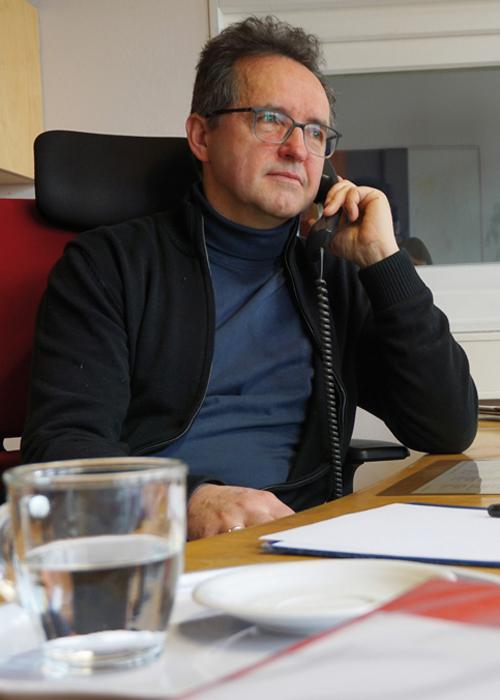 Norbert Ellinger, Leitung TelefonSeelsorge, sitzt am Telefon