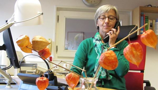 Martha Eber, Telefonseelorgerin, am Telefon