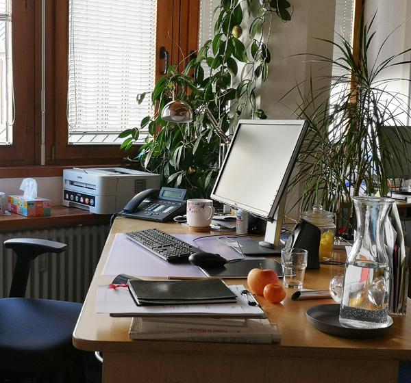 Schreibtisch mit Telefon in der Telefonseelsorge München