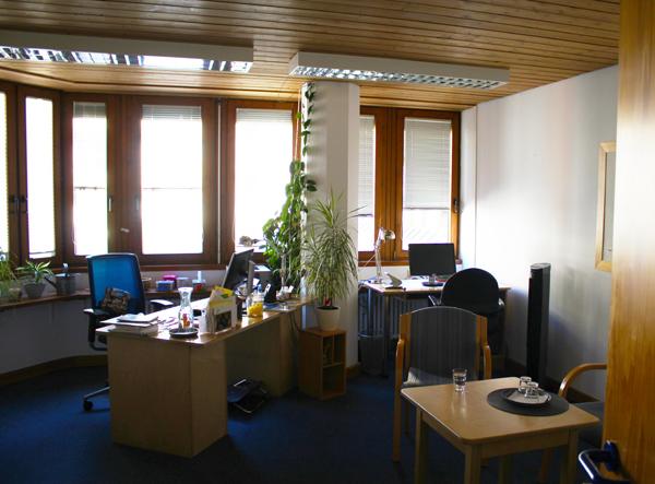 Büro in der Telefonseelsorge München, heller Raum mit blauem Teppichboden