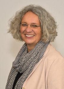 Porträtfoto von Gerborg Drescher mit freundlichem Lächeln und schwarz-weißem Schal