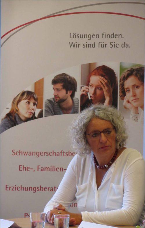Pfarrerin Gerborg Drescher am Podium zur Pressekonferenz