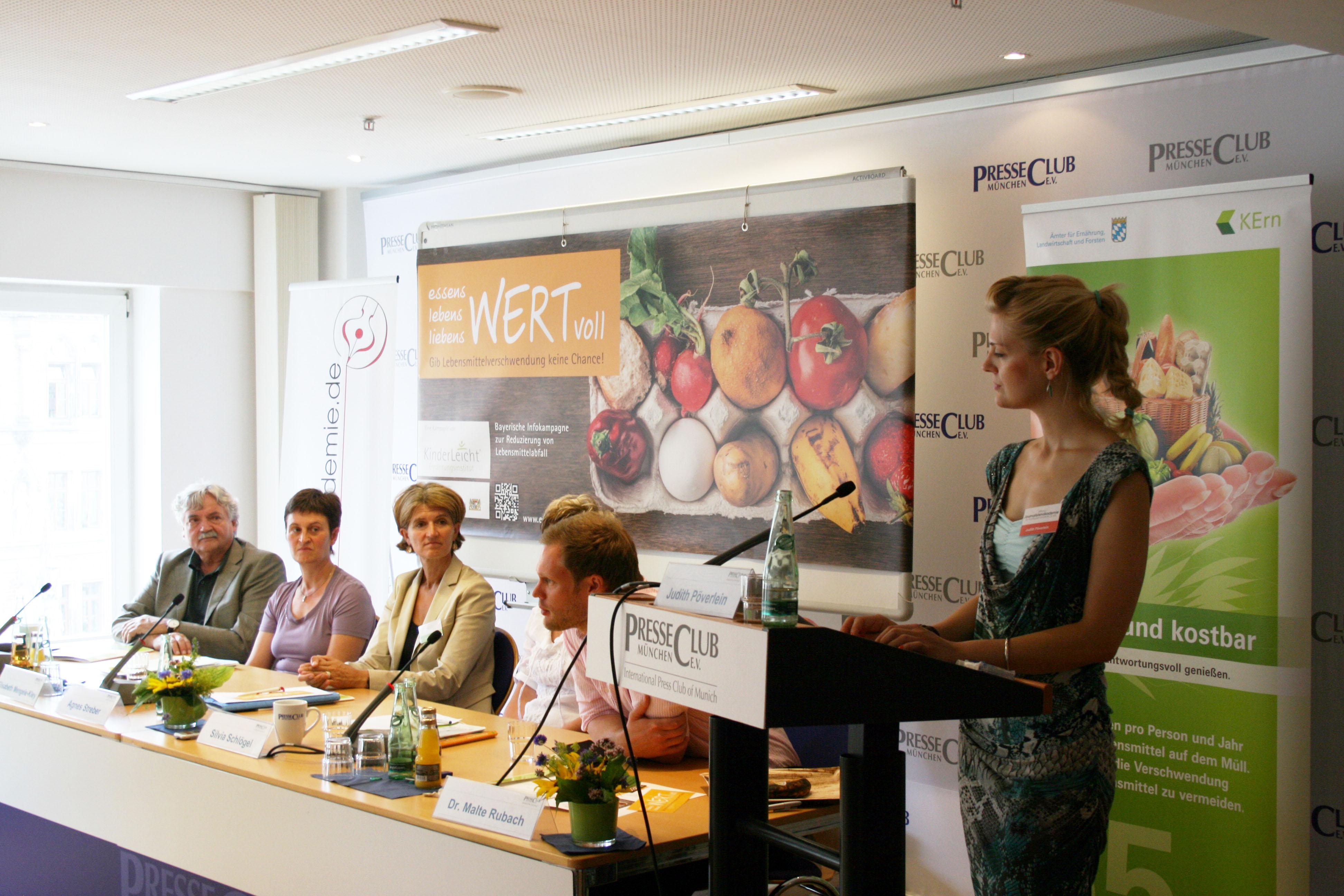Pressepodium im Presseclub - die Pressekonferenz organisierten Lehrgangsteilnehmer der Journalistenakademie