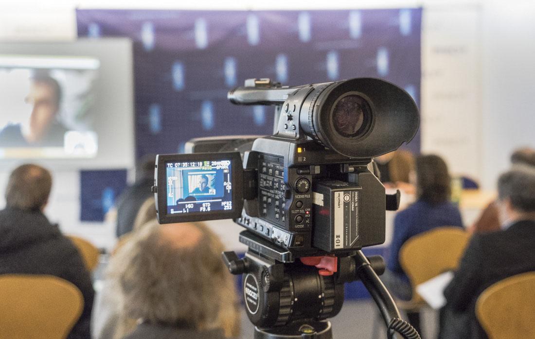 Kamera läuft - bei der Pressekonferenz zur langen Nacht des Menschenrechtsfilms