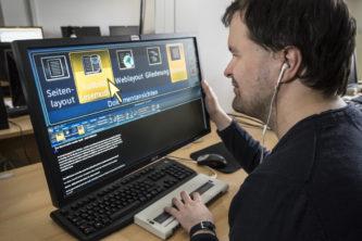 Alexander Karl bei der Arbeit mit einem barrierefreien Bildschirmprogramm