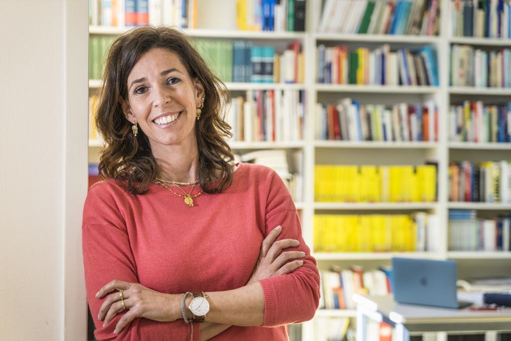 Teilnehmerin Maxi Gohlke in der Bibliothek der Journalistenakademie