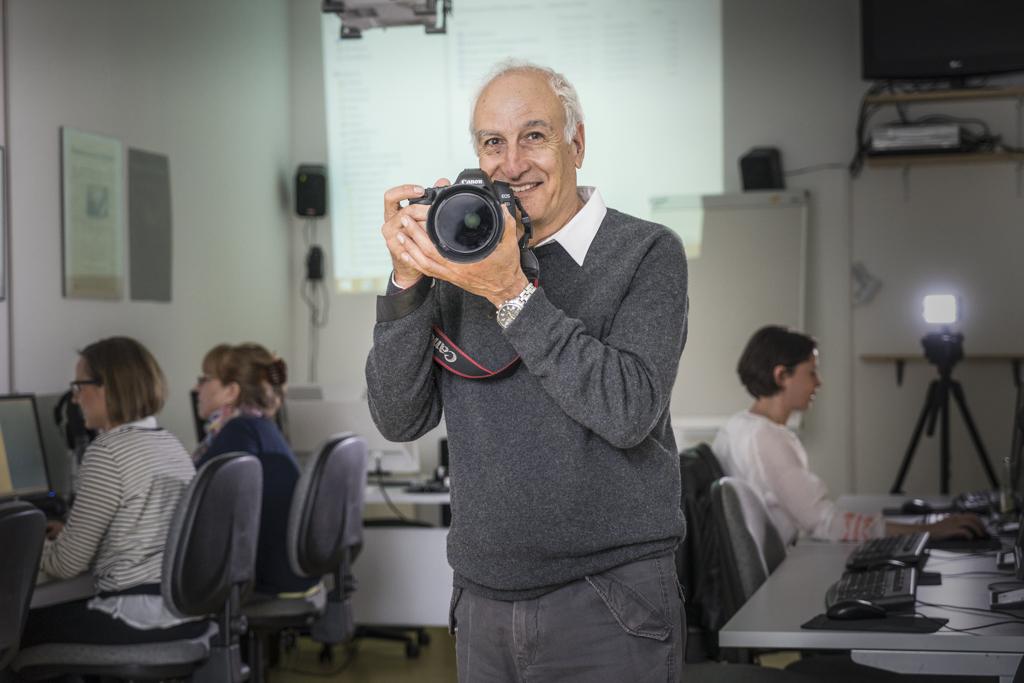 Noah Cohen Fotograf mit Kamera - der Dozent kann auch für Inhouseseminare gebucht werden