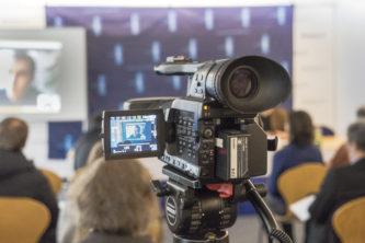 Filmaufnahmen bei einer Pressekonferenz im Presseclub