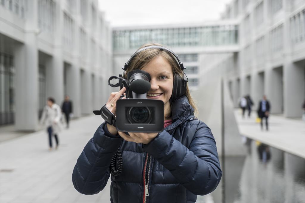 Videoreporterin beim Drehen eines Beitrags