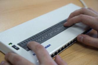 Mit der Braille-Zeile können Blinde große Teile der Standardsoftware benutzen und selbständig am Computer arbeiten.