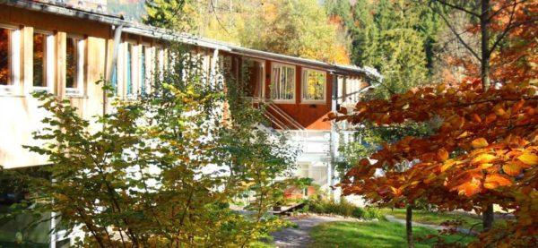 Die Unterrichtsgebäude in Josefstal: Lernen in der Natur