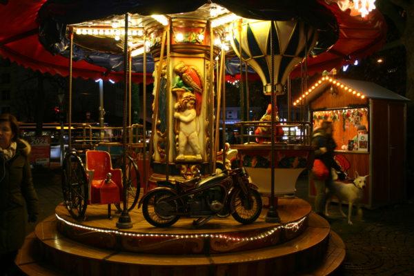 Das Kinderkarussel bei Nacht