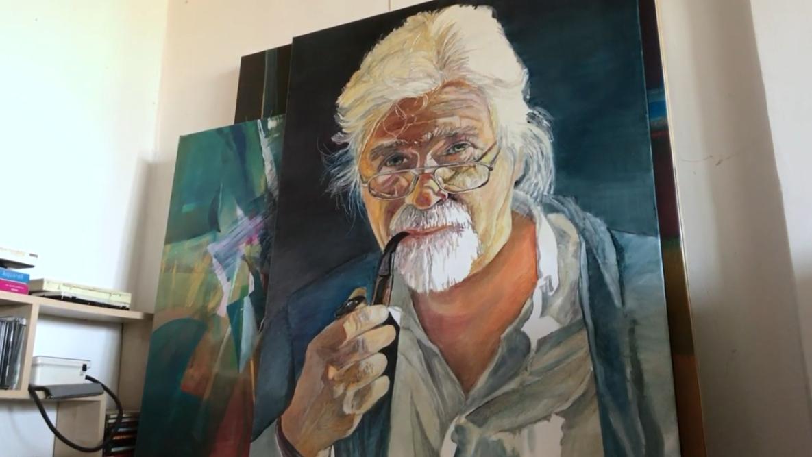Gemaltes Porträt eines älteren Herren mit langen weißen Haaren, Brille und Pfeife.